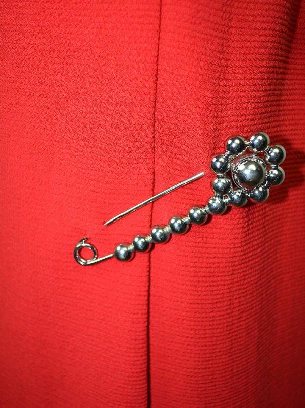 Платье Moschino красное с декоративной брошью-булавкой
