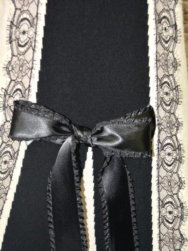 Свитер Blumarine бежевый с черным гипюром и атласным поясом