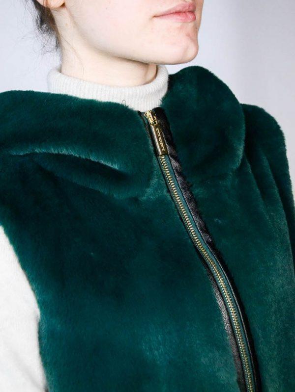 Жилет Roberta Biagi зеленый меховой с капюшоном