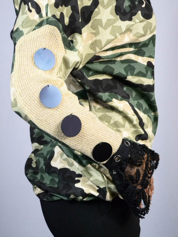 Кофта Mary D'aloia милитари с принтом и декоративными элементами