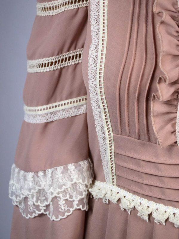 Платье Tenax пудрового цвета с рюшами и белым кружевом