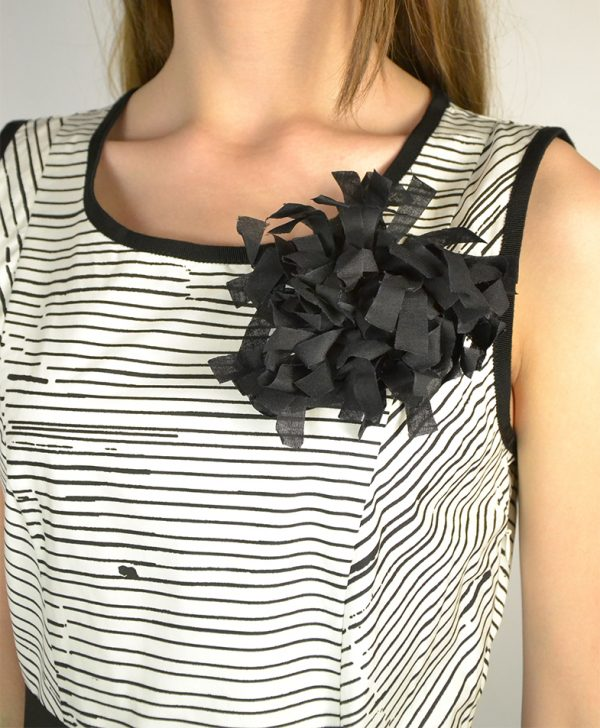 Платье Beatrice белое в черную полоску на груди черный цветок
